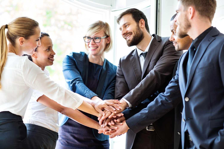 Team-Büro-hält-Hände-in-der-Mitte-zusammen-Motivationscoach-Franz-Josef-Schützenhofer