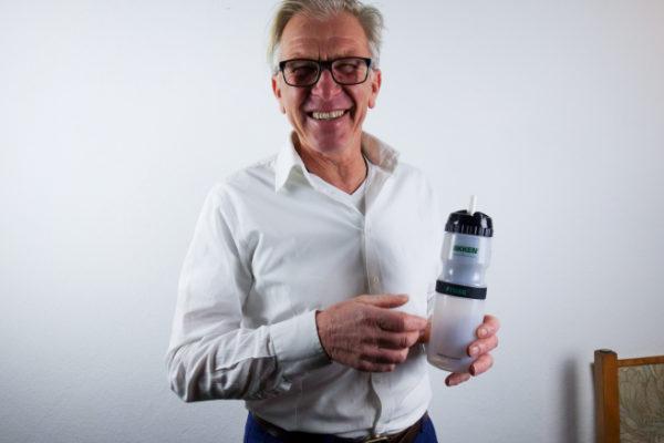 Franz-Josef-Schützenhofer-mit-weißer-Nikken-Sporttrinkflasche
