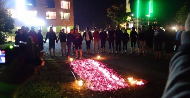 Frau-geht-über-Glasscherben-Motivationslehrgang-Feuerlauf-derFranzJosef