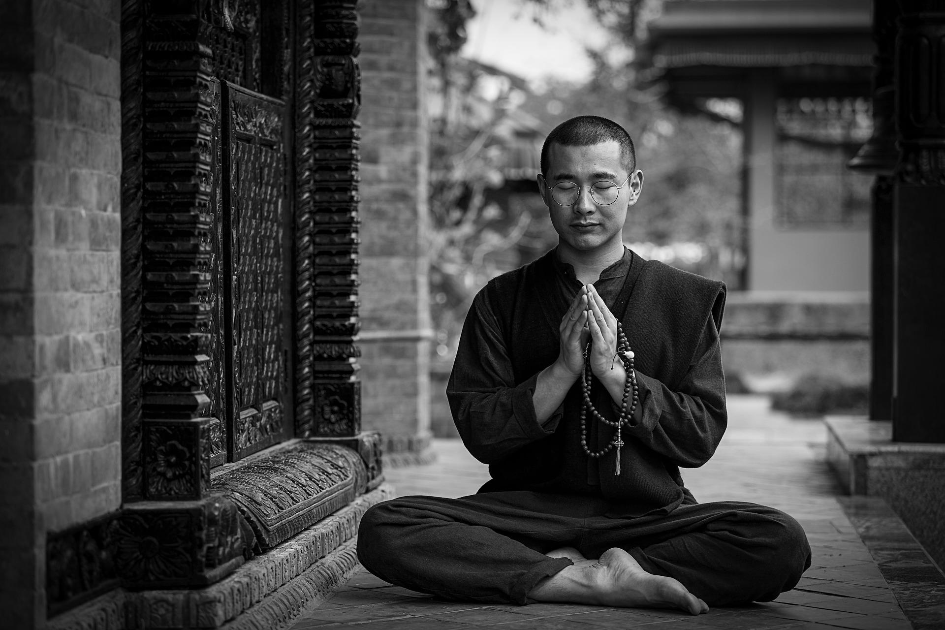 Mann-meditiert-mit-Rosenkranz-in-der-Hand