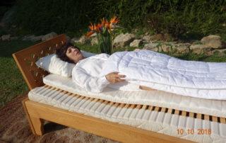 Frau-liegt-auf-Matratze-von-Nikken-gesunder-Schlaf_Franz-Josef-Der-Gesundheitsexperte