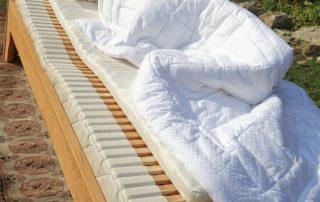 Frau-liegt-auf-Matratze-von-Nikken_Franz-Josef-Der-Gesundheitsexperte