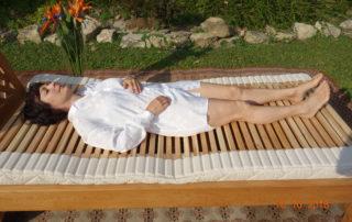 Frau-liegt-auf-Lattenrost-von-Nikken_Franz-Josef-Der-Gesundheitsexperte